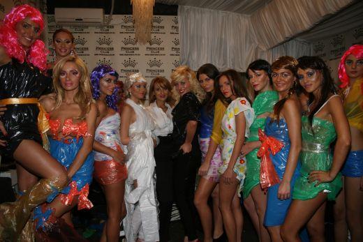 http://assets.acasatv.ro/assets/acasatv/2010/11/25/image_galleries/3105/adelina-pestritu-a-defilat-pe-podium-imbracata-in-plastic-cu-peruca-roz-foto_5.jpg