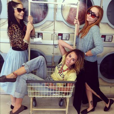 Miley Cyrus - pictorial retro intr-o spalatorie - FOTO