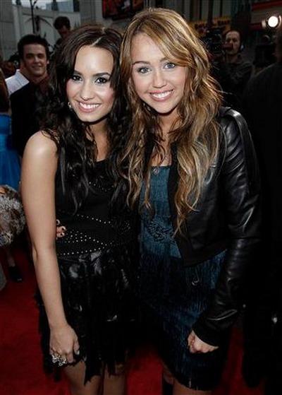 Demi Lovato si Miley Cyrus devin brutale cand se cearta intre ele - FOTO