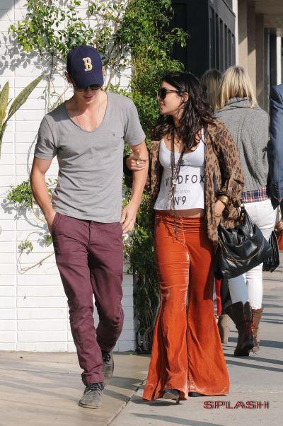 Vanessa Hudgens si Austin Butler, romantici in public - GALERIE FOTO