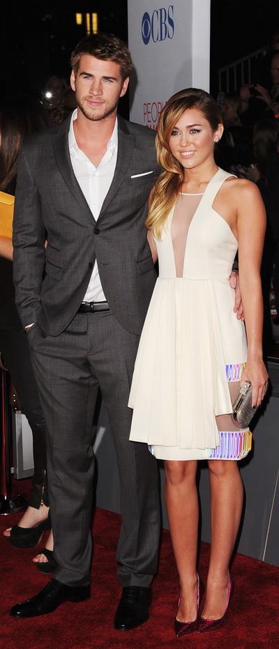 Miley Cyrus a facut senzatie la bratul lui Liam Hemsworth la People's Choice Awards – GALERIE FOTO