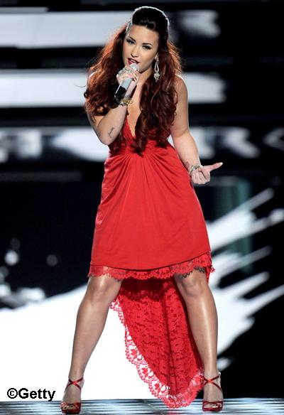 "Demi Lovato - Lady in red pe scena! Bonus: Vezi cum a cantat ""Give your heart a break"" FOTO&VIDEO"