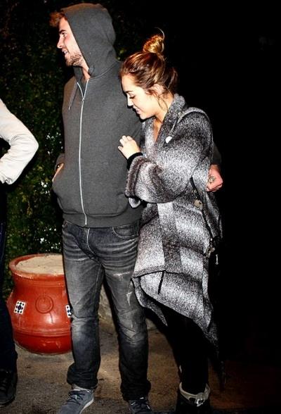 Miley Cyrus si-a scos iubitul la masa impreuna cu parintii ei - FOTO