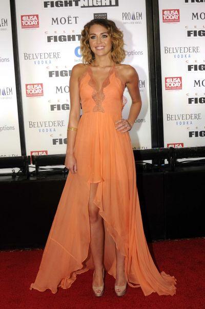 Miley Cyrus, aparitie extrem de sexy intr-o rochie portocalie - FOTO