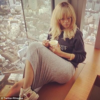 Te ia cu ameteala. Uite ce priveliste are Rihanna din camera din hotel