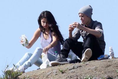 Selena Gomez si Justin Bieber au renuntat la restaurantele luxoase pentru un picnic in parc – GALERIE FOTO