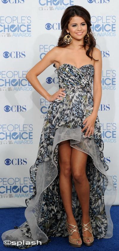 Inspira-te de la Selena Gomez si alege o rochie sau o fusta mai scurta in fata si mai lunga la spate - FOTO