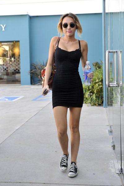 """Miley Cyrus, intr-o postura extrem de jenanta: S-a imbracat cu """"little black dress"""", dar si-a uitat chilotii  - FOTO"""