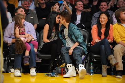 Dragostea e in aer! Justin Bieber si Selena Gomez sunt lipiciosi ca mierea - FOTO