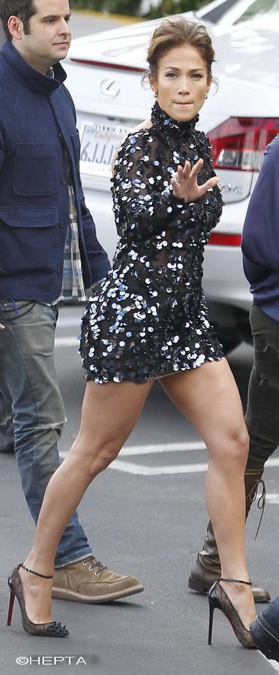 Jennifer Lopez, intr-o fusta mult prea scurta pentru posteriorul ei - GALERIE FOTO