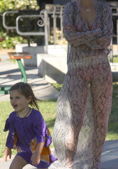 A iesit sa-si plimbe copilul in parc, aproape dezbracata. Vezi cine e vedeta care n-a avut nicio jena sa apara asa in public – FOTO