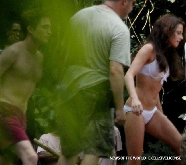 Twilight in costum de baie! Iata-i pe Kristen Stewart si Robert Pattinson dezbracati si indragostiti!