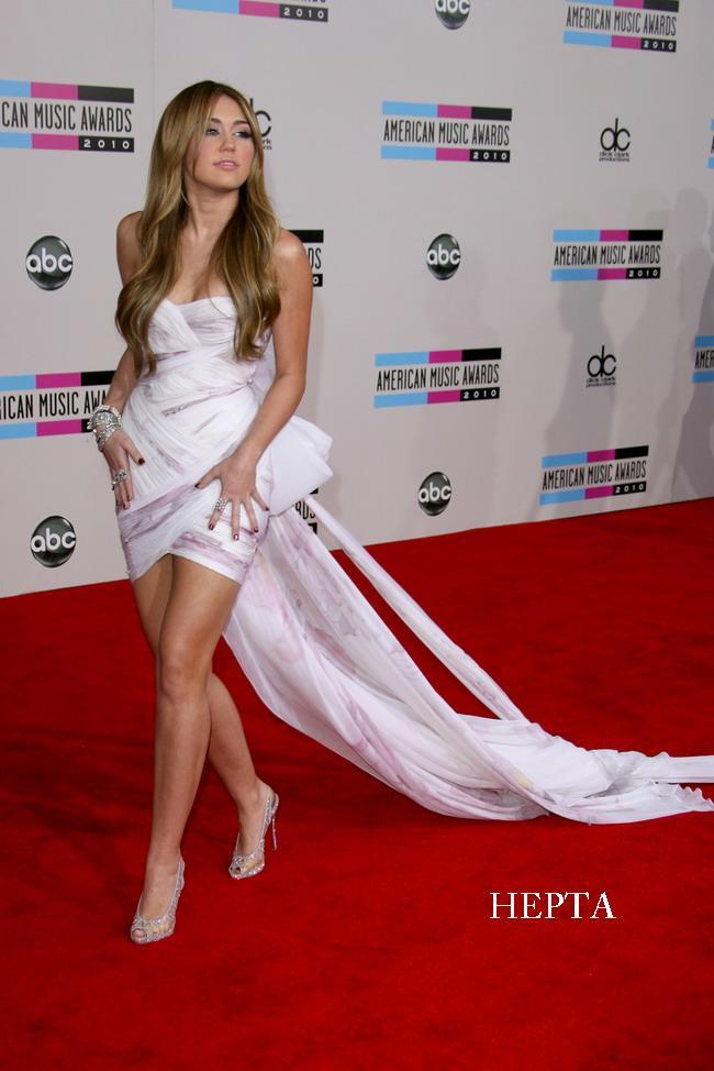 Miley Cyrus. Eleganta din cap pana-n picioare la AMA 2010