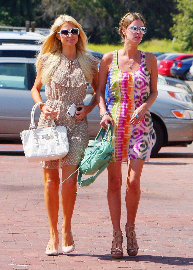 Look-ul zilei: surorile Hilton, casual-sic in Malibu! Cine arata mai bine: Paris sau Nicky?