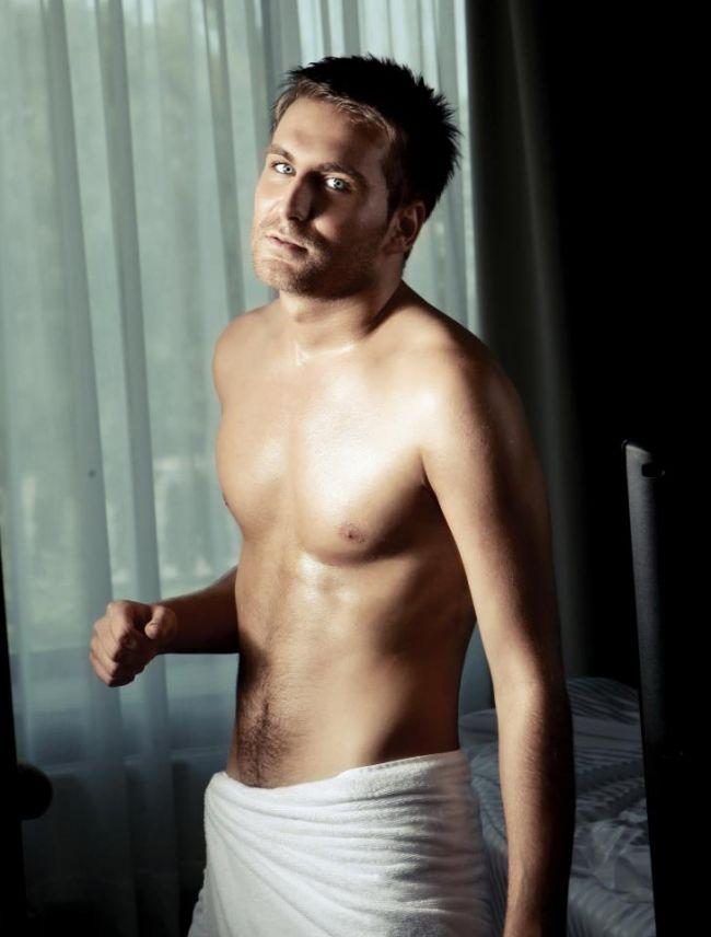 Ionel Istrati, una dintre cele mai sexy prezente de la Vocea Romaniei:  O fana  si-a tatuat pe spate numele meu :)