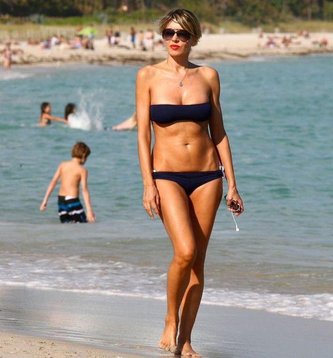 Corpul invidiat de toate adolescentele. La 51 de ani intoarce toate privirile pe plaja FOTO