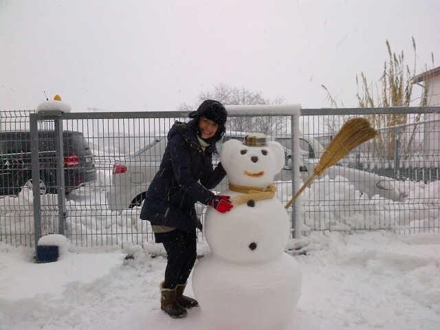 Andra se bucura de prima ninsoare adevarata din Bucuresti: a facut un...urs de zapada! :) FOTO