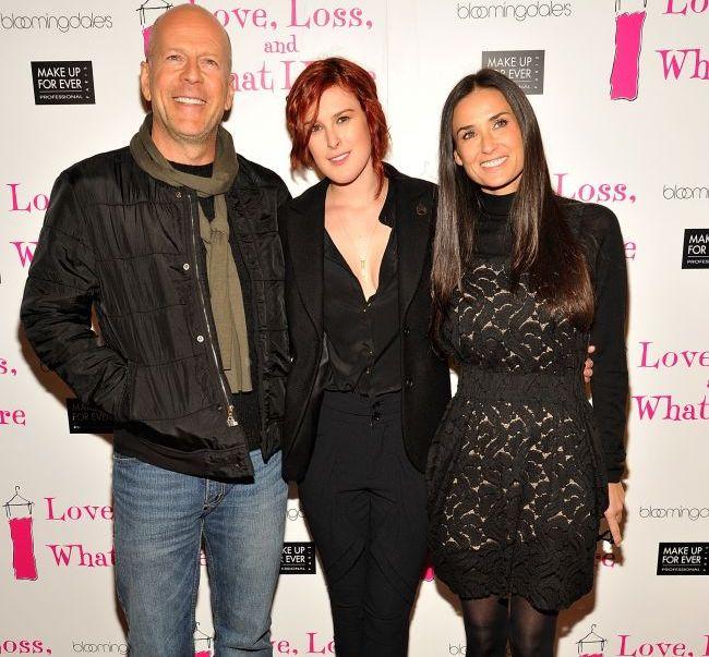 In timp ce Ashton Kutcher se distreaza, Bruce Willis si-a petrecut noaptea in fata spitalului in care e internata Demi Moore