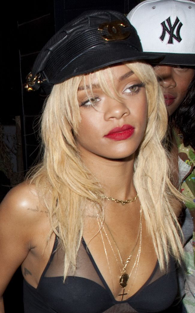 Rihanna vrea scandal: vezi cum s-a imbracat la iesirea in club!