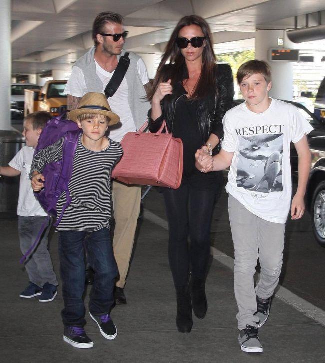 Cea mai mediatizata familie din showbizul international. Victoria si David Beckham se iubesc si sunt iubiti de tabloide