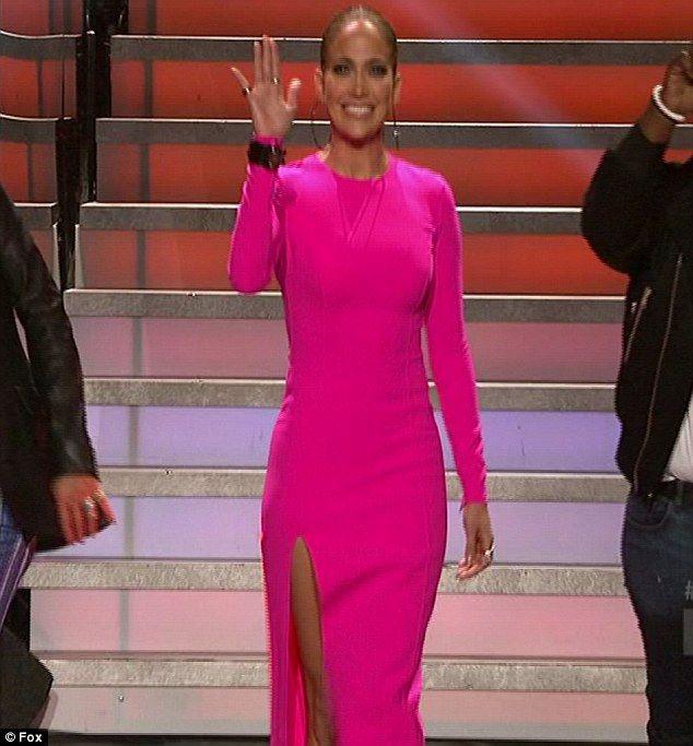 Jennifer Lopez isi sfideaza varsta cu un slit provocator, extrem de adanc. Iti place rochia ei?