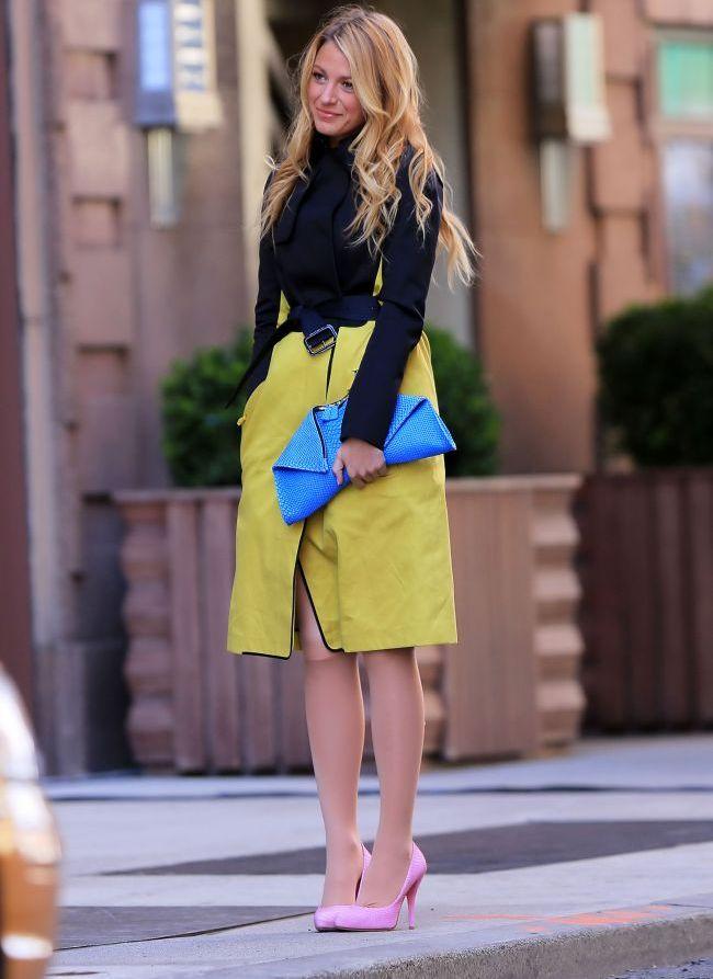 Look-ul zilei: Blake Lively insenineaza New York-ul ploios cu un outfit colorat
