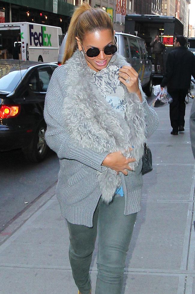 Beyonce isi accesorizeaza tinutele cu micuta Blue Ivy. Vezi cum a iesit pe strazile din New York