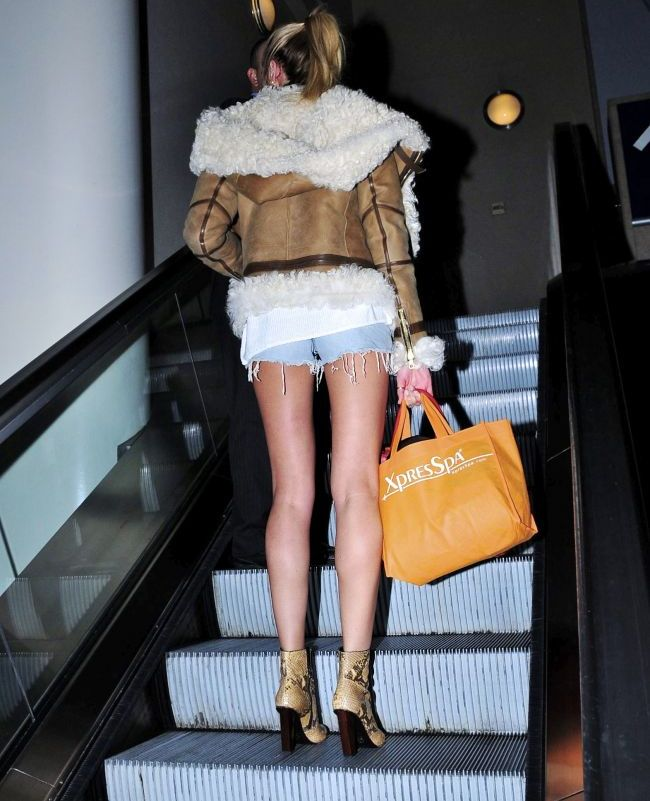 Look-ul zilei: Ghicesti ce vedeta a facut furori la aeroport intr-o pereche de pantaloni scurti XXS?