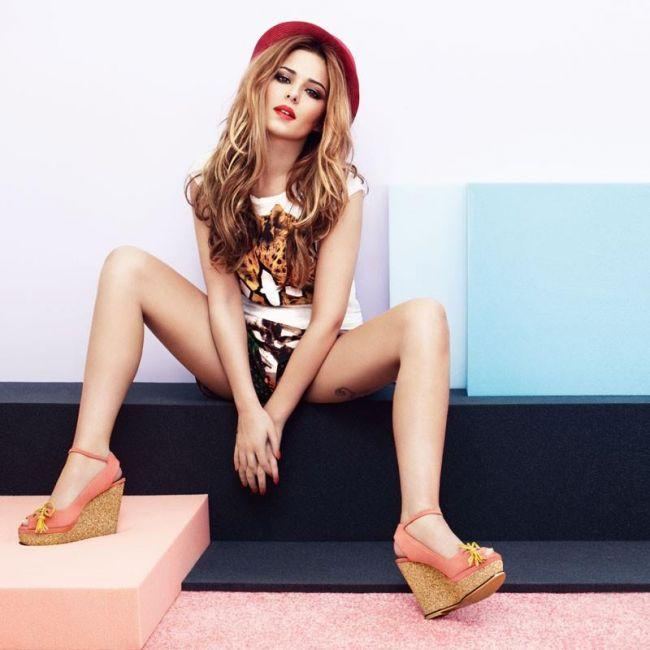 Cheryl Cole a pozat sexy ca sa-si promoveze linia de incaltaminte. Se mai uita cineva la sandale?