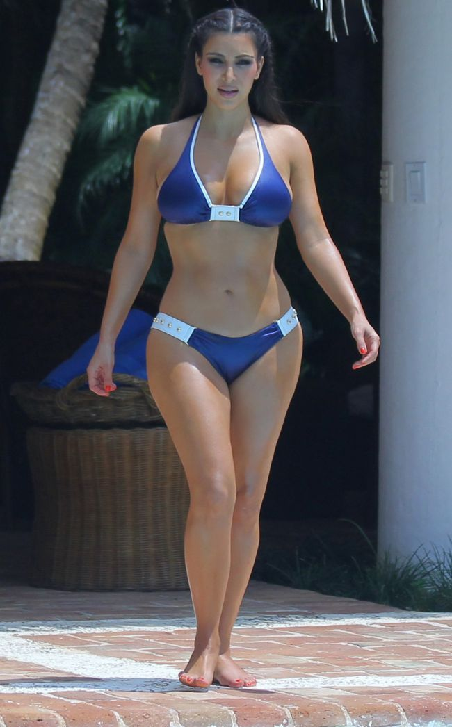 Kim Kardashian s-a dezbracat in fata paparazzilor. Cum arata fara Photoshop - talie de viespe, bust impresionat, solduri XXL