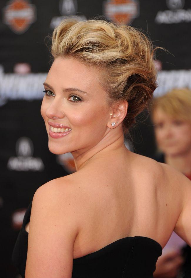 Scarlett Johansson a uimit pe covorul rosu. Vezi alegerea ei vestimentara ciudata