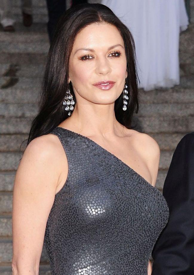 Catherine Zeta Jones da clasa femeilor cu 20 de ani mai tinere! A stralucit pe covorul rosu intr-o rochie foarte mulata FOTO
