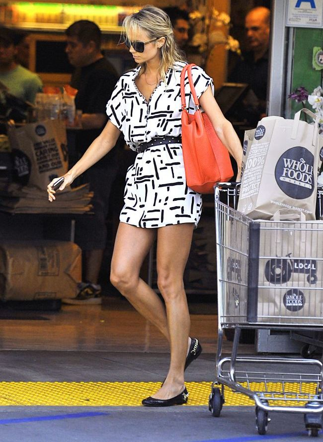 Picioarele care l-au domesticit pe cel mai ravnit burlac din lume. George Clooney si iubita lui, Stacy Keibler, la cumparaturi FOTO